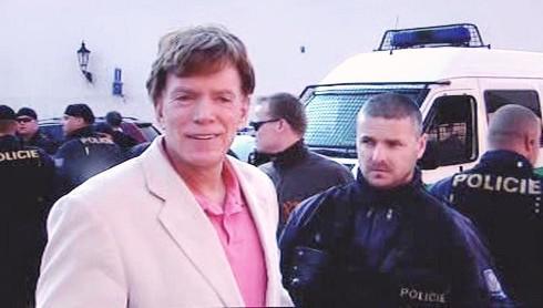 David Duke v doprovodu policistů