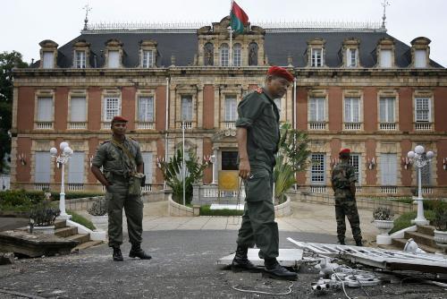 Vojáci před prezidentským palácem