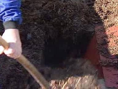 Ruční úprava biomasy před drcením