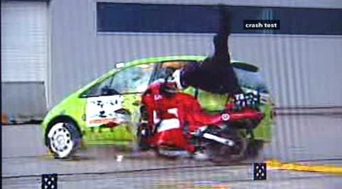 Náraz motocyklu do auta