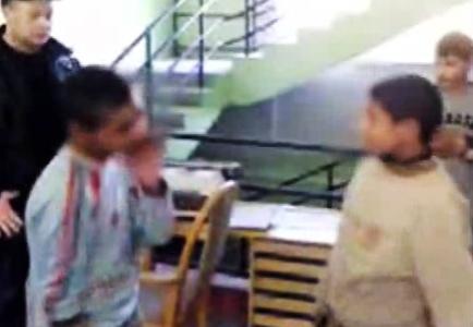 Záběry šikanovaných romských chlapců