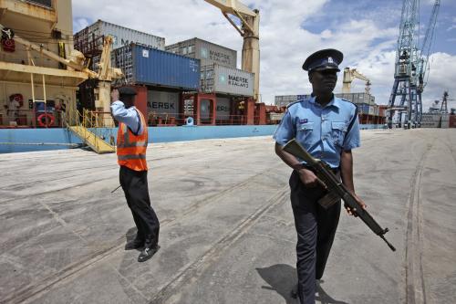 Policejní hlídky v blízkosti lodi Maersk Alabama