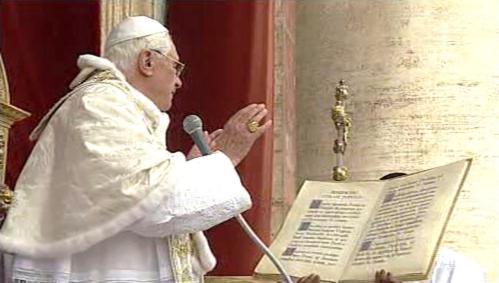 Papež při udílení požehnání
