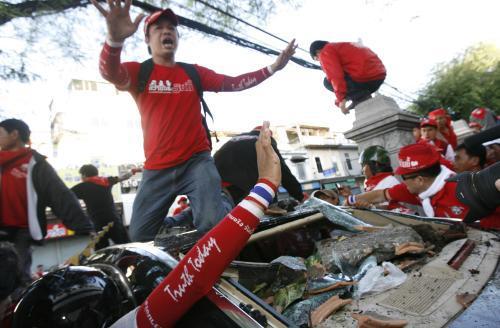 Rabování v ulicích Bangkoku