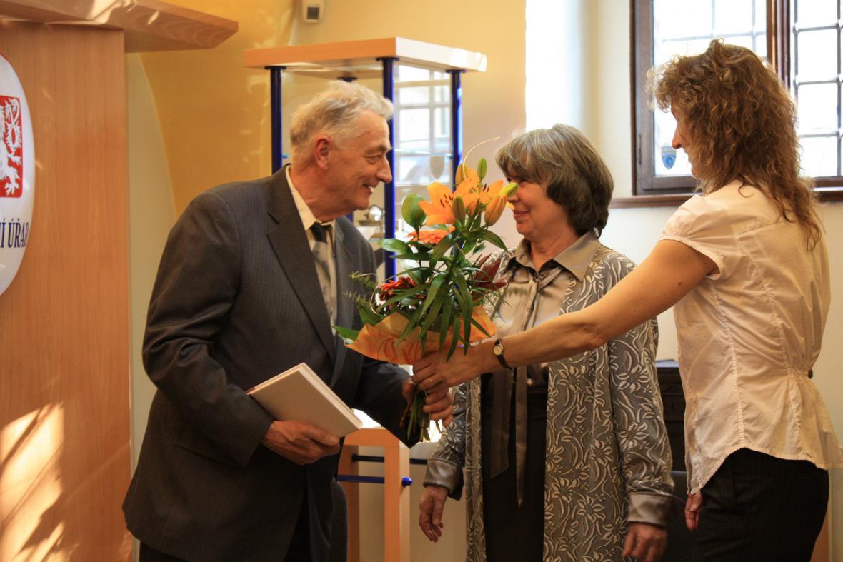 Jiří Bouda přijímá gratulace