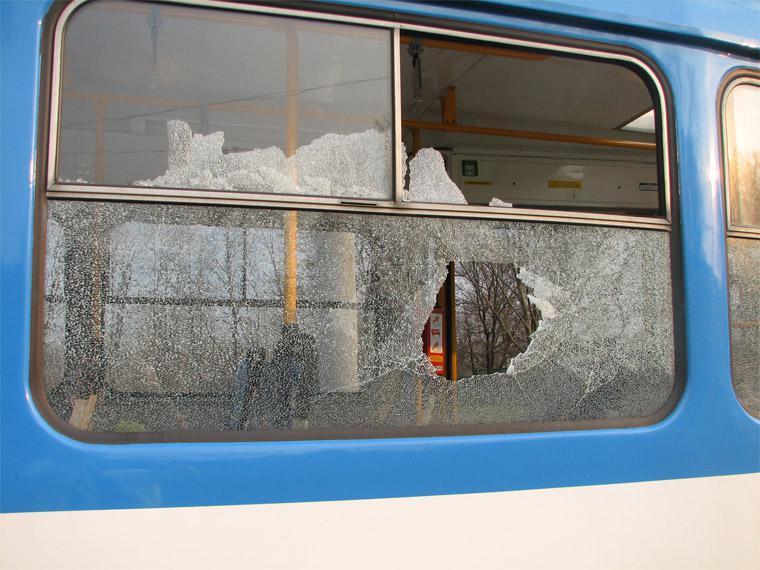 Poškozené okno tramvaje