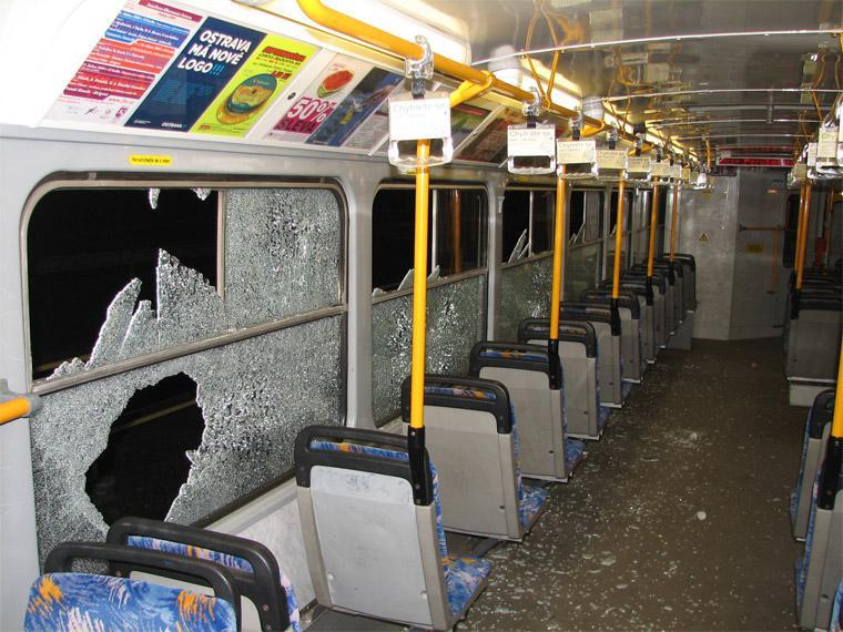 Rozbitá okna v tramvaji
