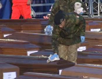 Přípravy na pohřeb obětí zemětřesení