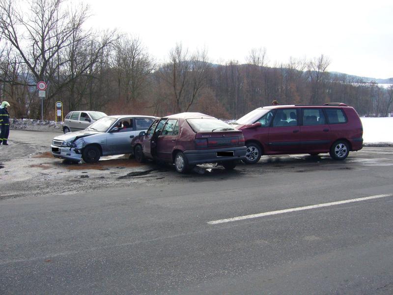 Střet tří osobních aut