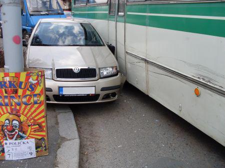 Srážka auta a autobusu