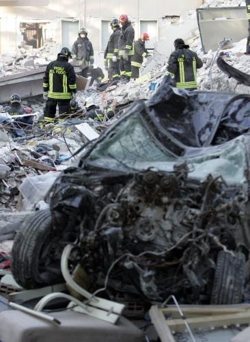 Záchranáři prohledávají trosky domů