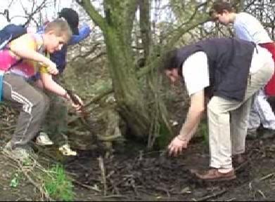 Děti čistí studánku