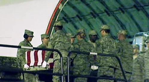 Vojáci nesou rakev s ostatky padlého vojáka