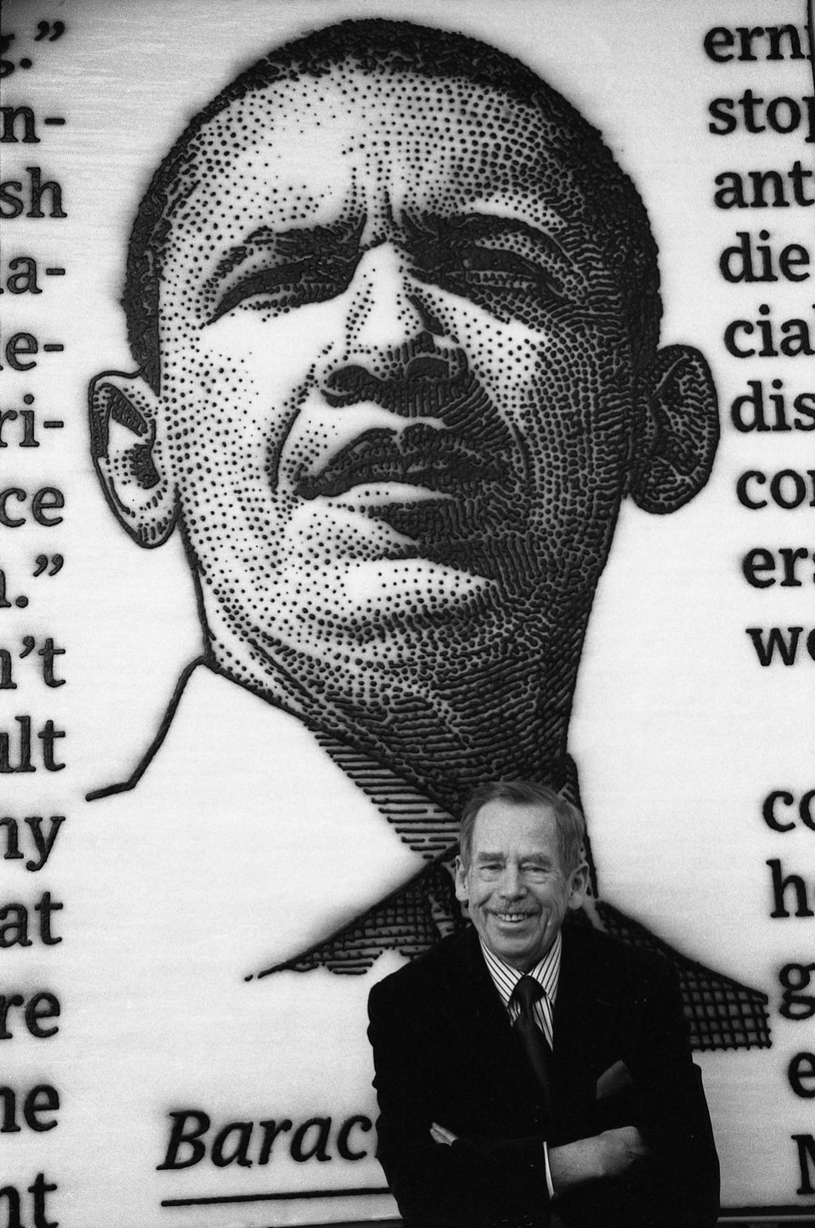 Václav Havel před portrétem Baracka Obamy