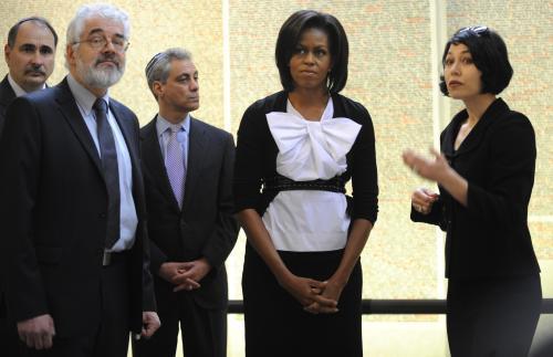 Michelle Obamová při návštěvě Pinkasovy synagogy na Starém Městě pražském