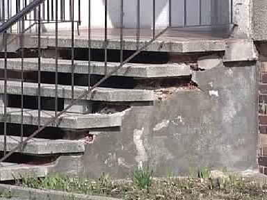 Poškozené schody panelového domu