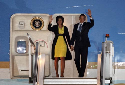 Barack Obama a Michelle Obamová po příletu do Británie