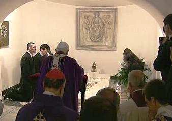 Modlitba u hrobu papeže Jana Pavla II.