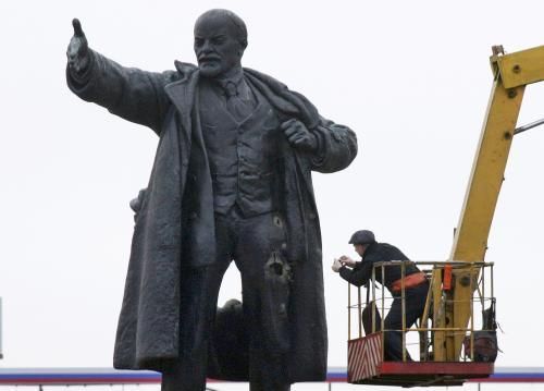 Leninova socha poškozená výbuchem