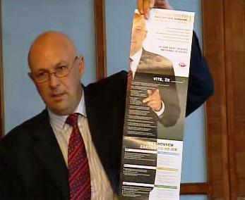 Tomás Julínek s informačním letákem