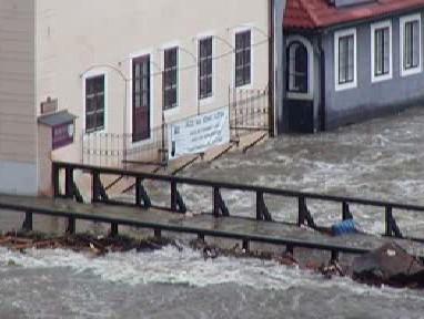 Velká voda v roce 2002 ohrožuje most