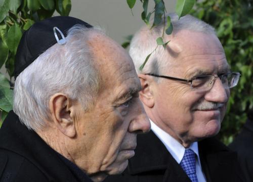 Oba státníci při návštěvě terezínského památníku
