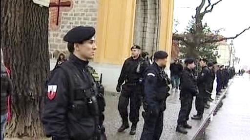 Přihlížející policisté