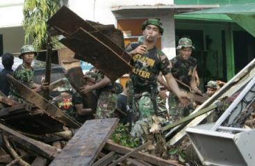 Vojáci pracují v troskách