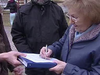 Lidé podepisují petici za odvolaného starostu