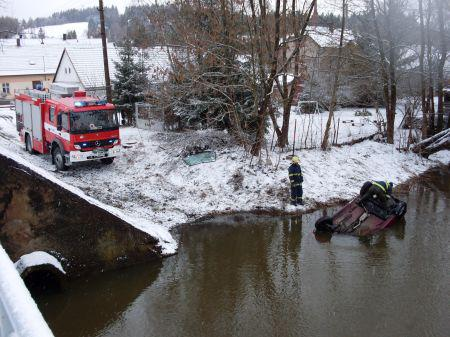Auto skončilo v řece