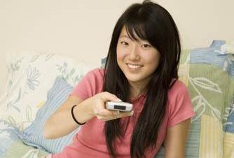 Asiatka sledující televizi