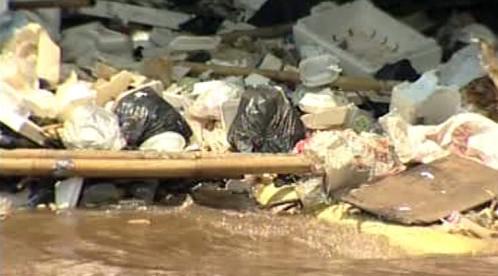 Odpadky v řece