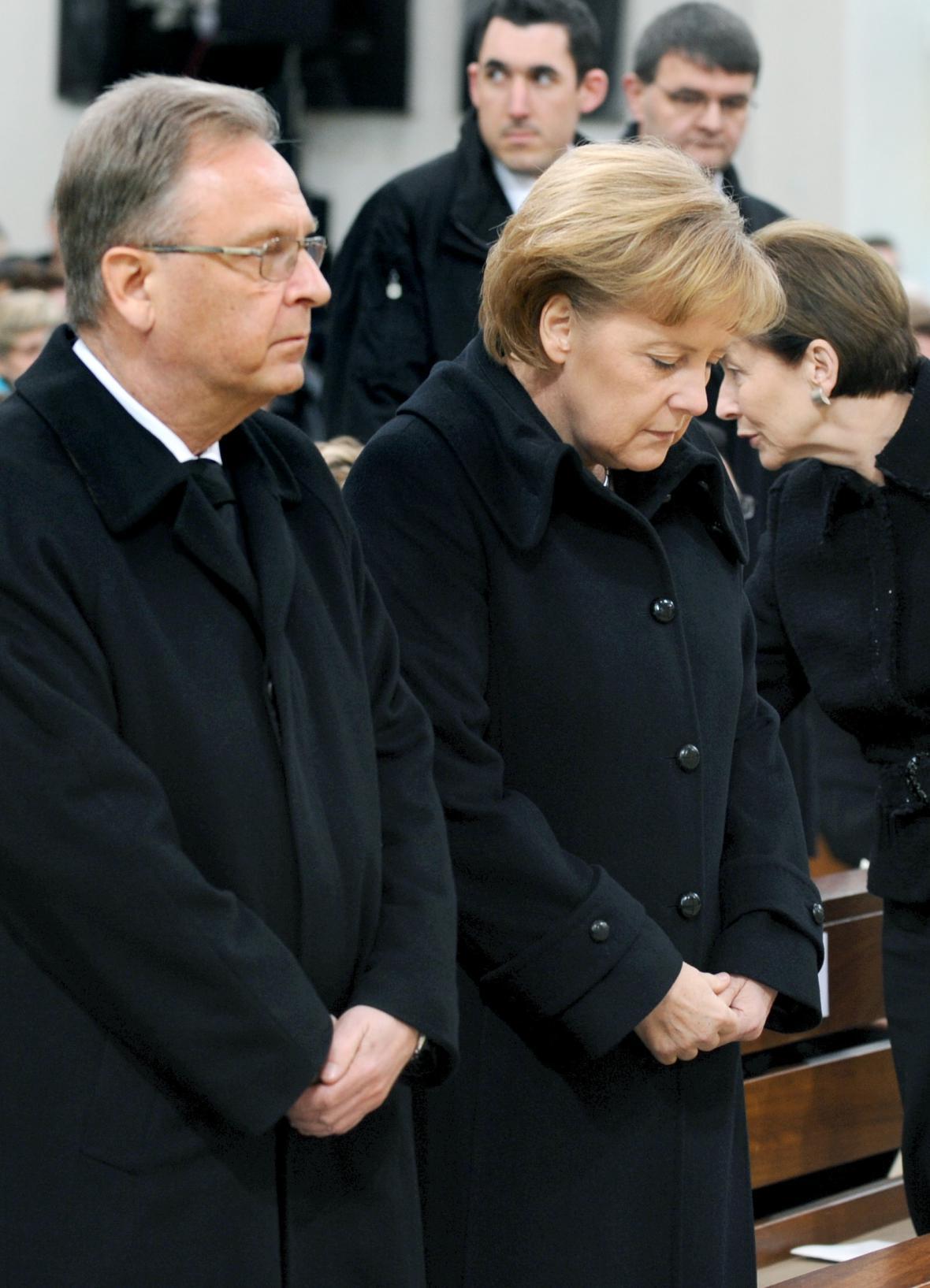 Horst Köhler a Angela Merkelová při smutečním obřadu