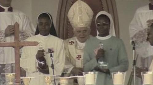 Papež (uprostřed) v Africe