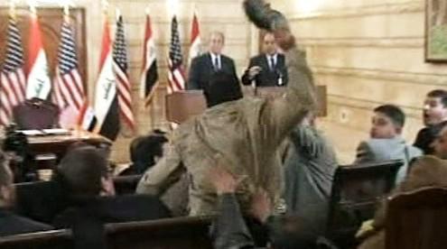Irácký novinář hází po americkém prezidentovi botu
