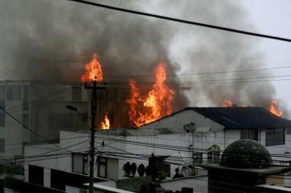 Požár po pádu vojenského letadla