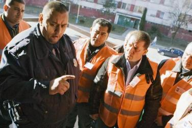 Policista poučuje Romskou hlídku