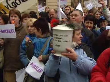 Demonstrace před sídlem vlády