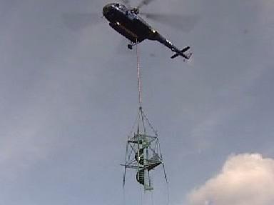 Vrtulník přepravuje rozhlednu