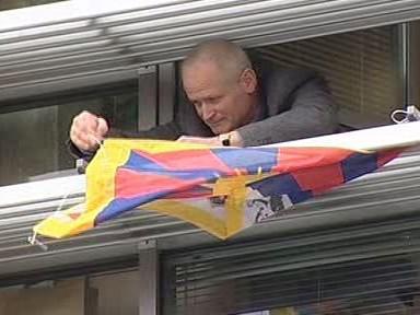 Vladimír Derner vyvěšuje tibetskou vlajku