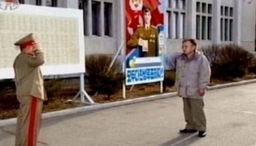 Kim Čong-il přichází k volbám