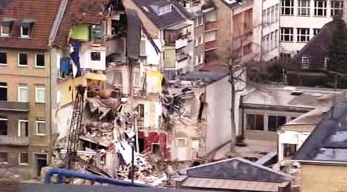 Trosky zřícených budov v Kolíně nad Rýnem