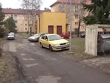 Auta parkující na veřejné zeleni