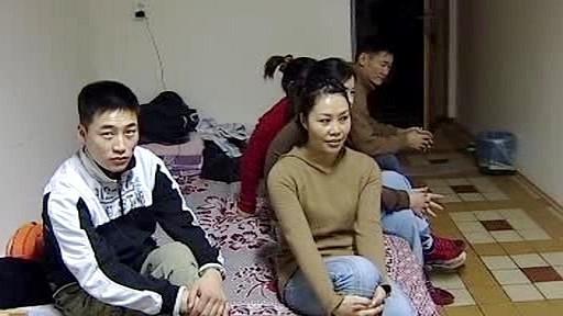 Asijští dělníci na ubytovně