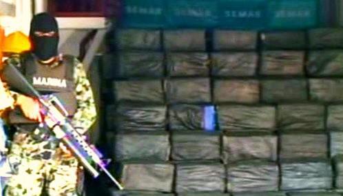 Mexický voják se zabaveným kokainem