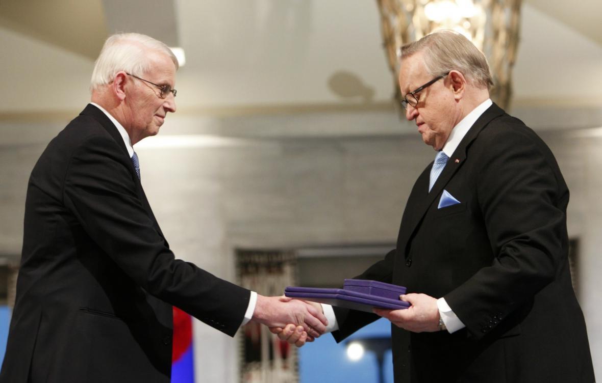 Ahtisaari (vpravo) přebírá Nobelovu cenu