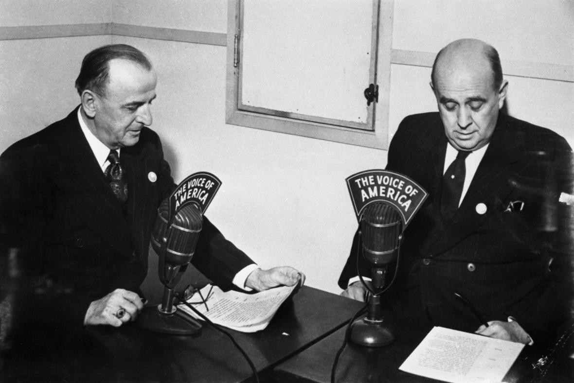 Jan Masaryk a Karel Stefan při vysílání Hlasu Ameriky ve studiu v San Francisku
