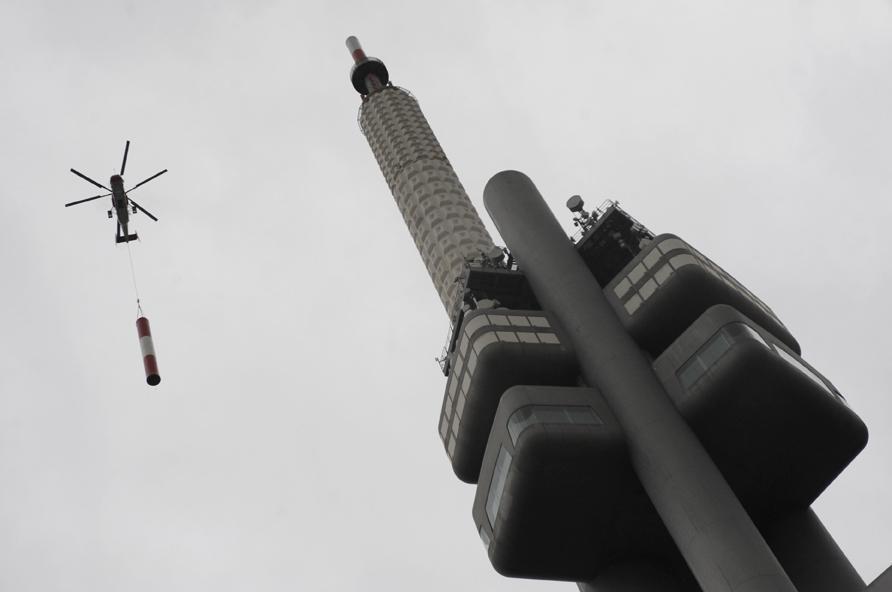 Výměna antény na žižkovském vysílači