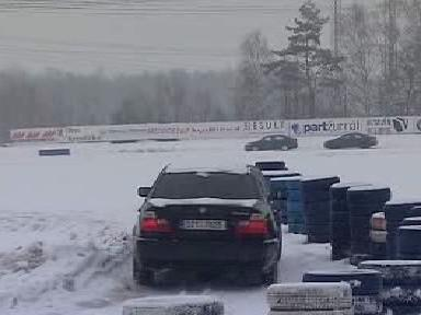 Auto při jízdě na namrzlém povrchu