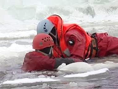 Záchranář vyprošťuje tonoucího